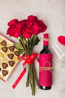 Wein leckere schokolade und bouquet von rosen