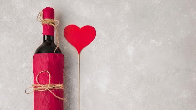 Wein mit herzzeichen und kopienraum