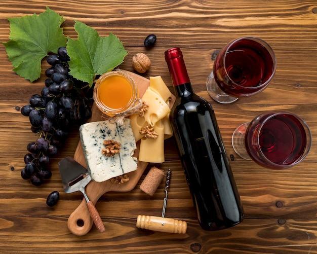 Wein mit lebensmittel auf hölzernem hintergrund