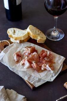 Wein snack. schinken, baguette. antipasti. wein vorspeise.