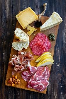 Wein snack. schinken, parmaschinken, salami, mandeln, oliven, baguette, blauschimmelkäse, parmesan. antipasti.