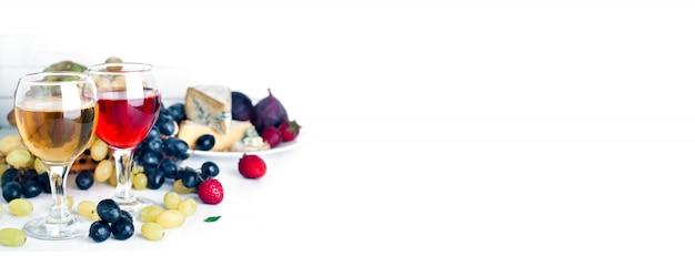 Wein, trauben und käse über weiß