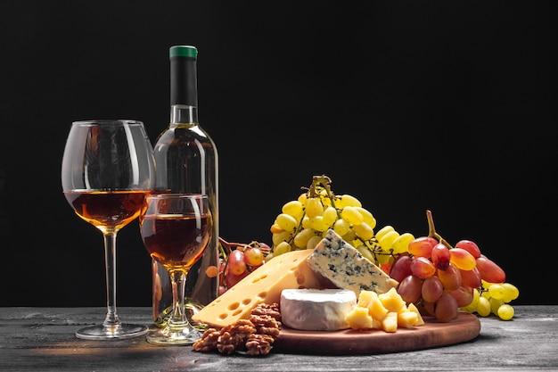 Wein und käse auf dem tisch