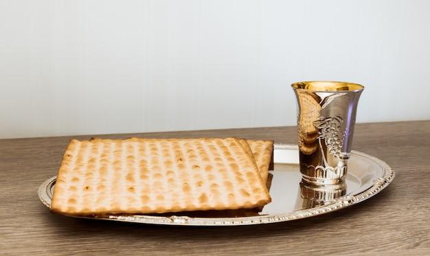 Wein und matzoh jüdisches passahbrot pessach-matzo pessachwein