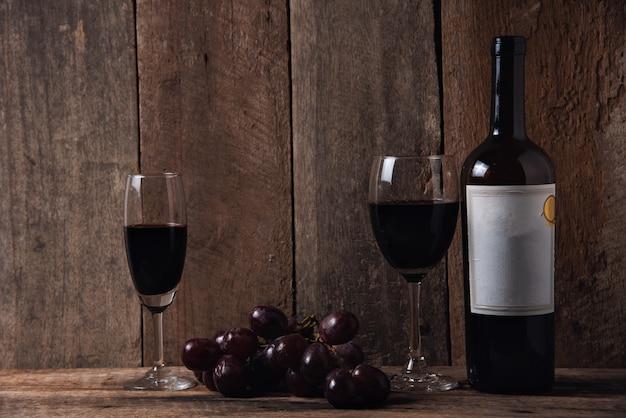 Wein und traube auf hölzernem tabellenholzhintergrund