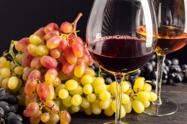 Wein und trauben auf dem tisch