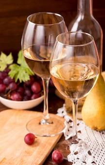Wein und trauben in der weinleseeinstellung auf holztisch
