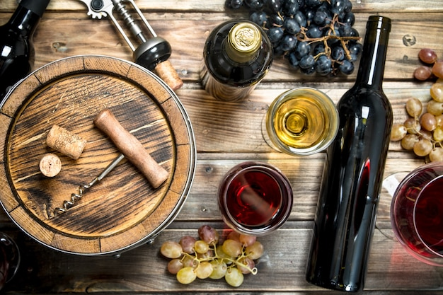 Wein. weiß- und rotwein in gläsern. auf einem holz.