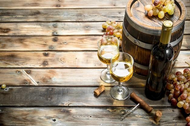 Wein. weißwein in einem alten fass. auf einem holz