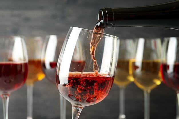 Wein wird aus der flasche in ein glas gegossen, nahaufnahme und selektiver fokus