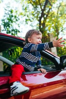 Weinender junge im auto.