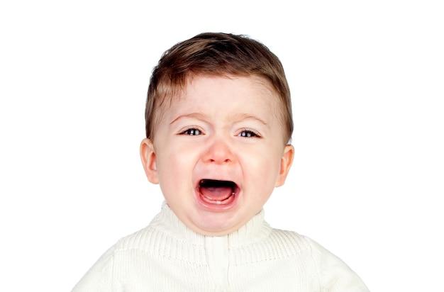 Weinendes baby mit blick in die kamera auf weißem hintergrund