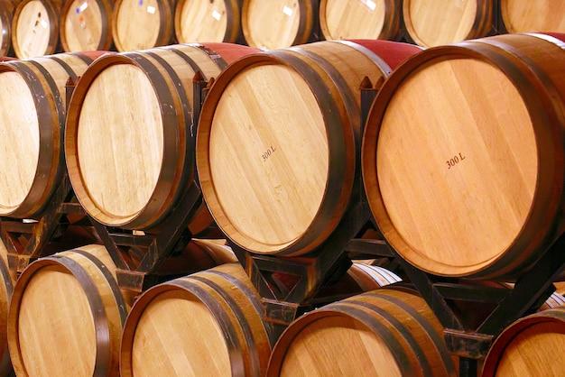 Weinfässer in weingewölben