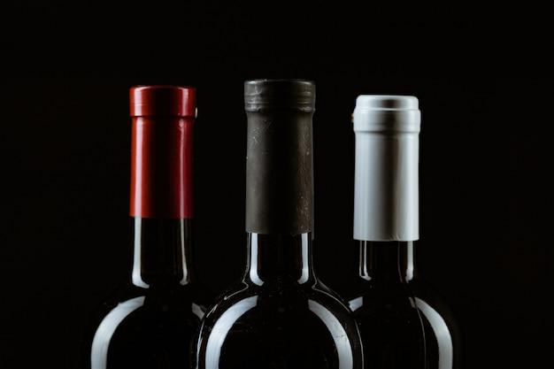 Weinflasche auf einem dunklen schwarz