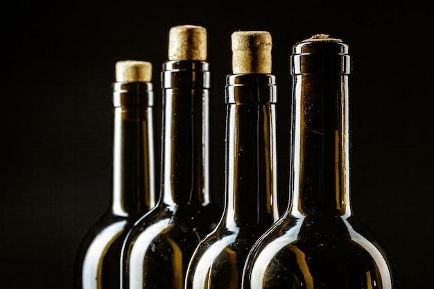 Weinflasche auf einer dunklen schwarzen farbe