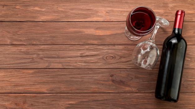 Weinflasche auf hölzernem hintergrund