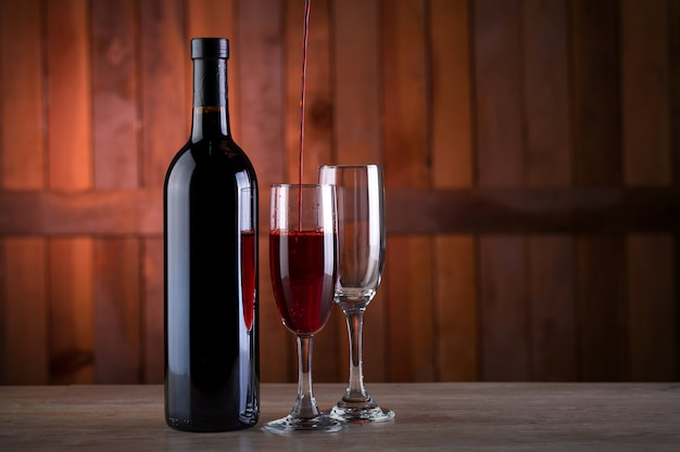 Weinflasche auf hölzernen hintergrund