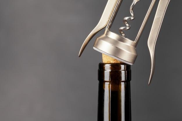 Weinflasche mit einem korkenzieherabschluß oben öffnen