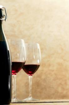 Weinflasche mit gläsern rotwein aus flokus