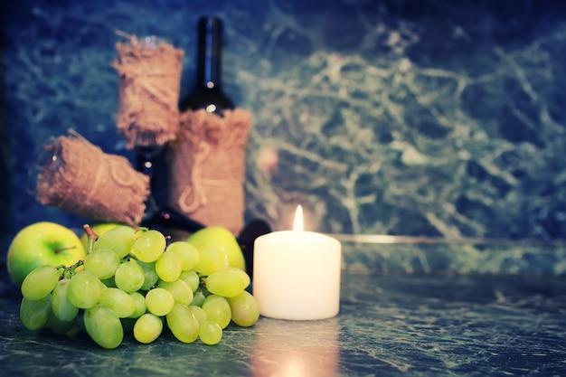 Weinflasche mit glas und weißer traube