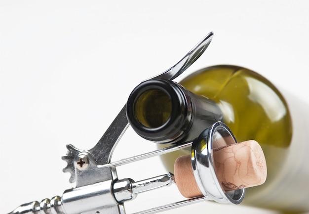 Weinflasche und korkenzieher auf weißem hintergrund