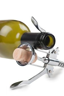 Weinflasche und korkenzieher lokalisiert auf weißem hintergrund