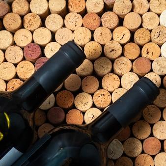 Weinflaschen auf einem gebrauchten korkweinkorken