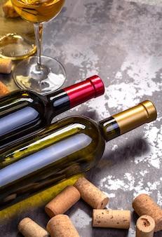 Weinflaschen, glas und korken auf dem tisch mit kopierraum
