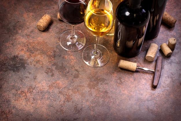 Weinflaschen, glas und korken auf tisch, hintergrund