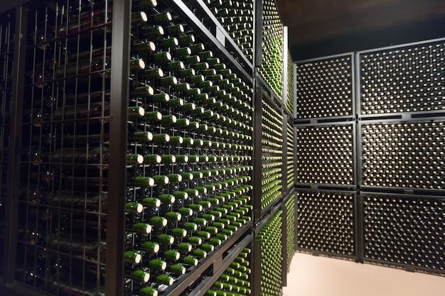 Weinflaschen im keller der weinkellerei