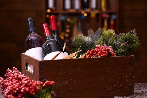 Weinflaschen in dekorierter schachtel auf unscharfer oberfläche