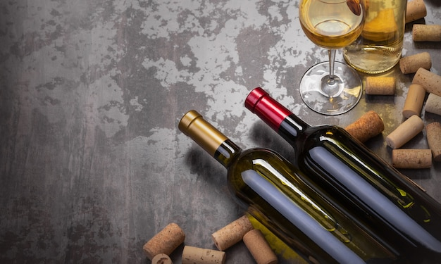 Weinflaschen und glas auf dem tisch mit kopienraum, hintergrund
