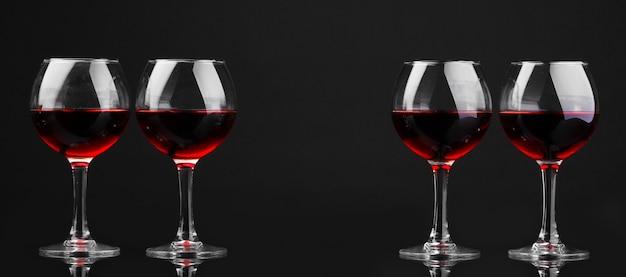 Weingläser auf schwarz