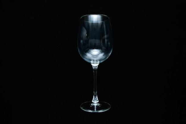 Weingläser auf schwarzem hintergrund. flache lage, draufsicht. ferien- und feierkonzept.