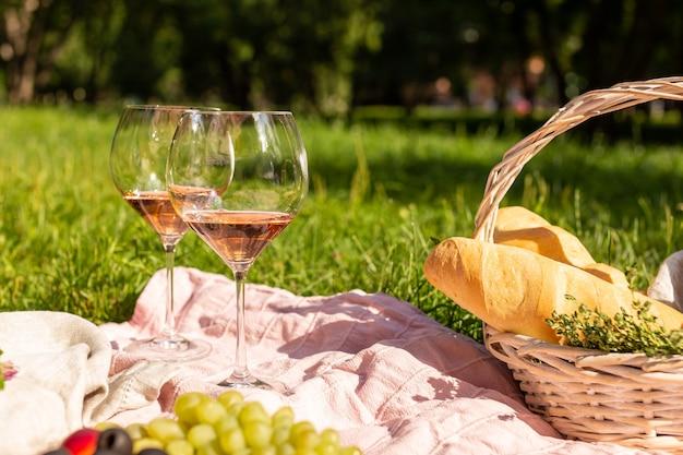 Weingläser beim sommerpicknick