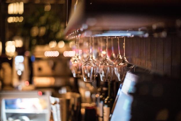 Weingläser im warmen, hellen loft-restaurant