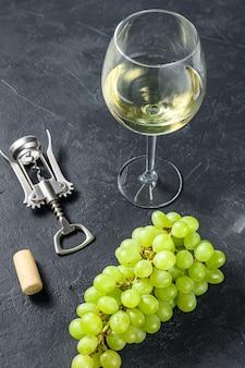 Weingläser mit trauben und korken. konzept der weinherstellung.