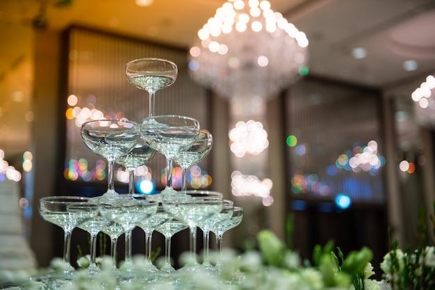 Weingläser werden für partys arrangiert.