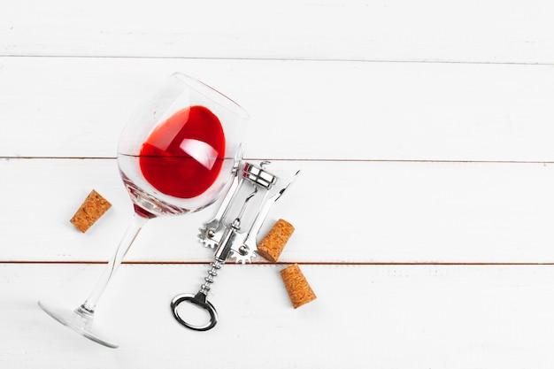 Weinglas auf holztisch