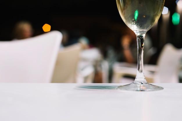 Weinglas auf restauranttabelle