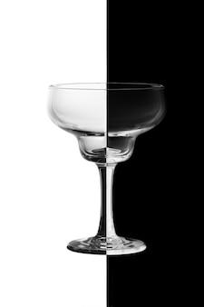 Weinglas auf schwarzweiss-hintergrund.