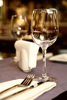 Weinglas auf serviertem tisch im restaurant