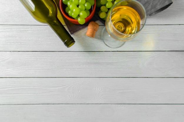 Weinglas, grüne trauben auf platte auf tabelle. ansicht von oben. copyspace,