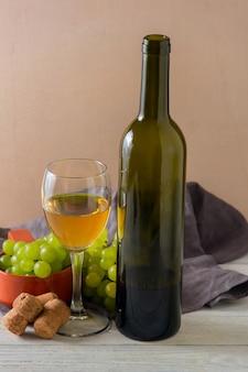 Weinglas, grüne trauben auf platte auf tabelle.