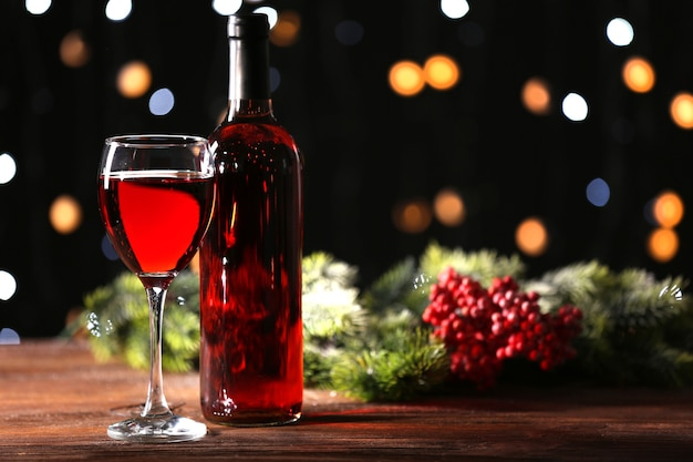 Weinglas mit flasche auf holztisch