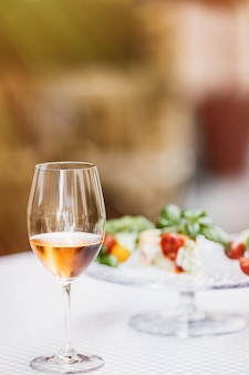 Weinglas mit verschwommenen quiche