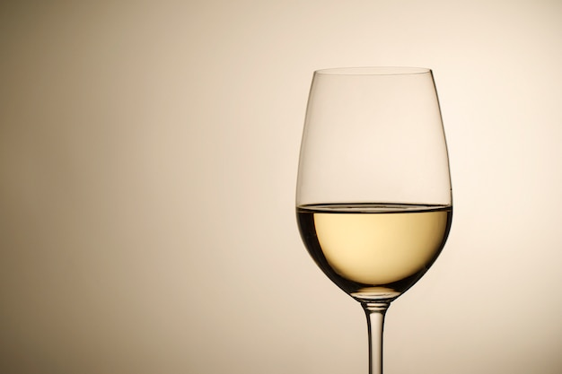 Weinglas mit weißwein und kopienraum