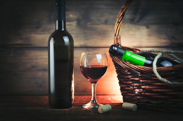 Weinglas und flaschen auf korb