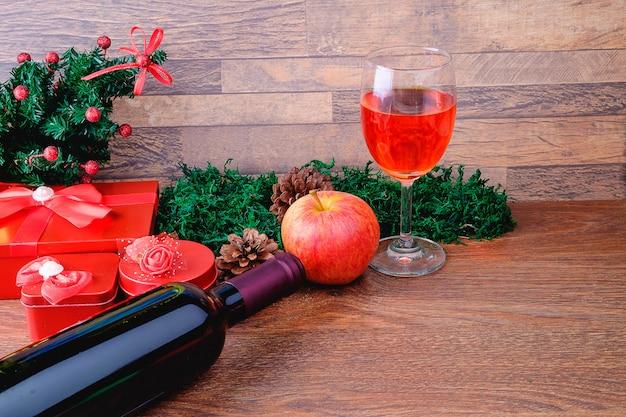 Weinglas und weinflasche mit weihnachtsgeschenkbox