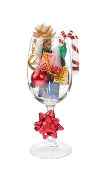 Weinglas voller weihnachtsdekorationen
